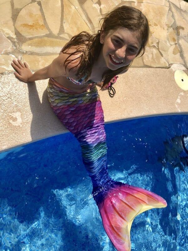 Mooie zeeemeerminnenstaart in alle kleuren van de regenboog. Maak je zeemeermin look compleet met de bijhorende bikini.