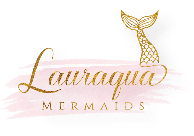 Logo van Lauraqua mermaids. Naam is in gouden letters en een roze achtergrond. Heeft ook een mooie gouden zeemeerminnenstaart op het het einde.