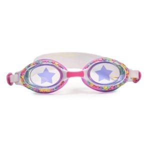 Laat je kleuren deze zomer barsten! Schitter met deze zwembril vol glinsterende sterren, lens met sterrenprint en afgewerkt met een kleurrijke riem met vallende sterren. Fireworks heeft volledige UV-bescherming.