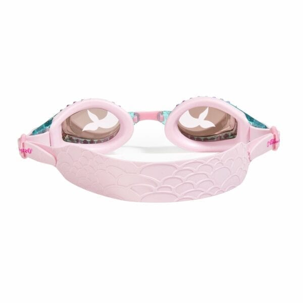 Maak je zeemeerminlook compleet met deze prachtige zeemeermin zwembril! Of kent u zeemeerminnen die een spectaculaire bril nodig hebben? Onze zeemeermin zwembril heeft een siliconen riem met een zeemeermin staart in reliëf, een frame met glitters en een lens met een zeemeerminnenstaart print. Jewel Mermaid is latexvrij, biedt UV-bescherming en heeft anti-condens.