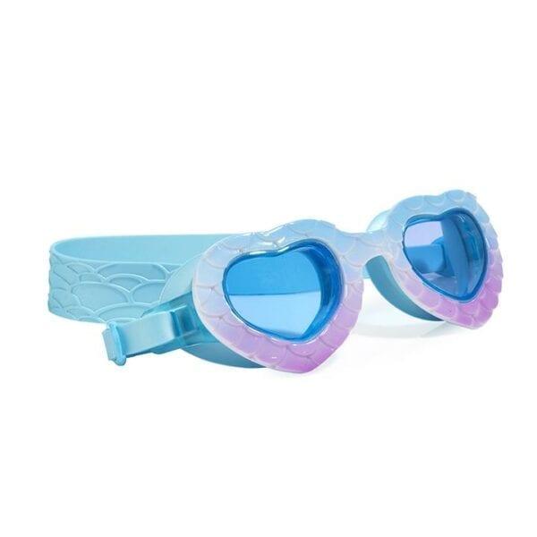 Maak golven deze zomer met Mermaid in the Shade! Deze hartvormige duikbril staat vol met glinsterende schubben. Sea Blue is latexvrij en wordt geleverd met 100% UV-bescherming en anti-condens technologie.