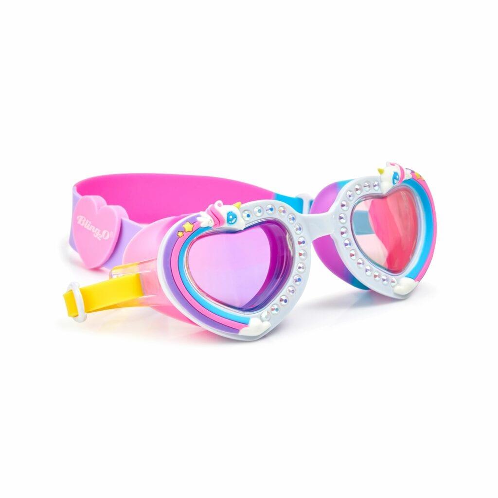 Kleurrijke zwembril in een hartjes frame. Afgewerkt met diamanten en een eenhoorn.