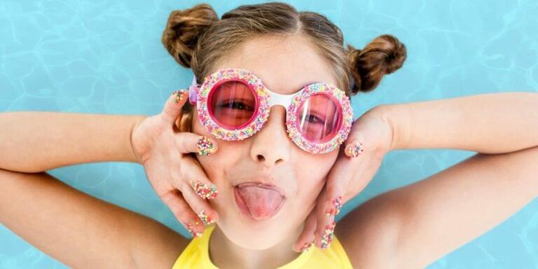 Kleurrijke zwembril met snoepjes en donuts.