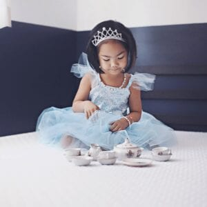 Wees een perfecte prinses in deze sparkle and shine blauwe tutu jurk. Met 2 lagen zacht blauwe tule en een laag iriserende glitter tule, zal je rok altijd pluizig en helder zijn. De paillettentop is gemaakt van iriserende pailletten met een zachte stretch spandex voering. De bandjes zijn gemaakt met stretch spandex en voorzien van tule puffs. Een klein satijnen strikdetail maakt deze schattige prinsessenjurk af met een vleugje klasse.