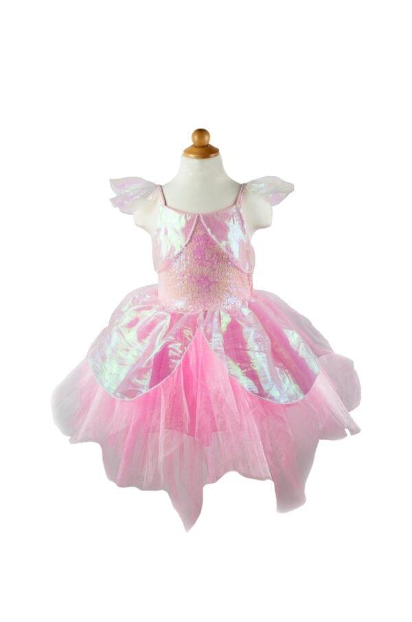 Wie houdt er niet van een nieuwe feeën jurk?! Onze Iridescent Fairy Dress is gemaakt met roze organza & iriserende pailletten. De bandjes zijn gemaakt met stretch spandex en zijn voorzien van iriserende organza puffs en wordt geleverd met een bijpassend roze organza hoofdstuk.