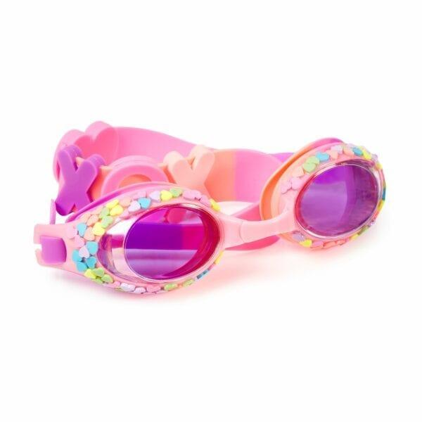 Deze zwembril heeft een siliconen riem met LOVE op de achterkant. Een frame met gekleurde hartje en met een getinte lens.