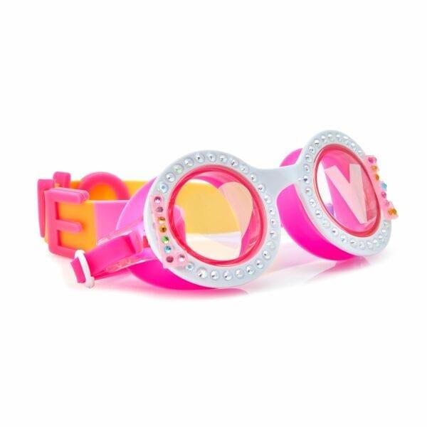 Bling2o zwembril. Heeft een ronde roze montuur. Als je naar de voorkant kijkt lees je love. De O is een hartje in het linker glas en lees je de letter v in het rechter glas. Heeft een latex bandje waarop de achterkant LOVE staat.