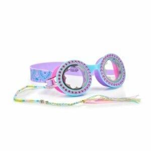 Bling2o zwembril. Heeft een rond montuur met bloemen in het glas. De kleur is turquoise en is afgewerkt met roze strass steentjes. Heeft ook een hippie koortje langs de zijkant hangen met onderaan een pluimpje.