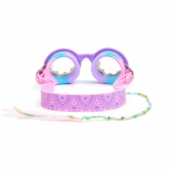 Bling2o zwembril. Heeft een rond montuur met bloemen in het glas. De kleur is paars en is afgewerkt met roze strass steentjes. Heeft ook een hippie koortje langs de zijkant hangen met onderaan een veertje.