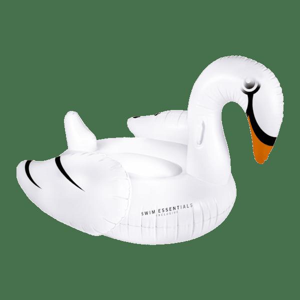 Witte opblaas zwaan voor in het zwembad